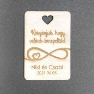 Téglalap alakú gravírozott hűtőmágnes szív kivágással
